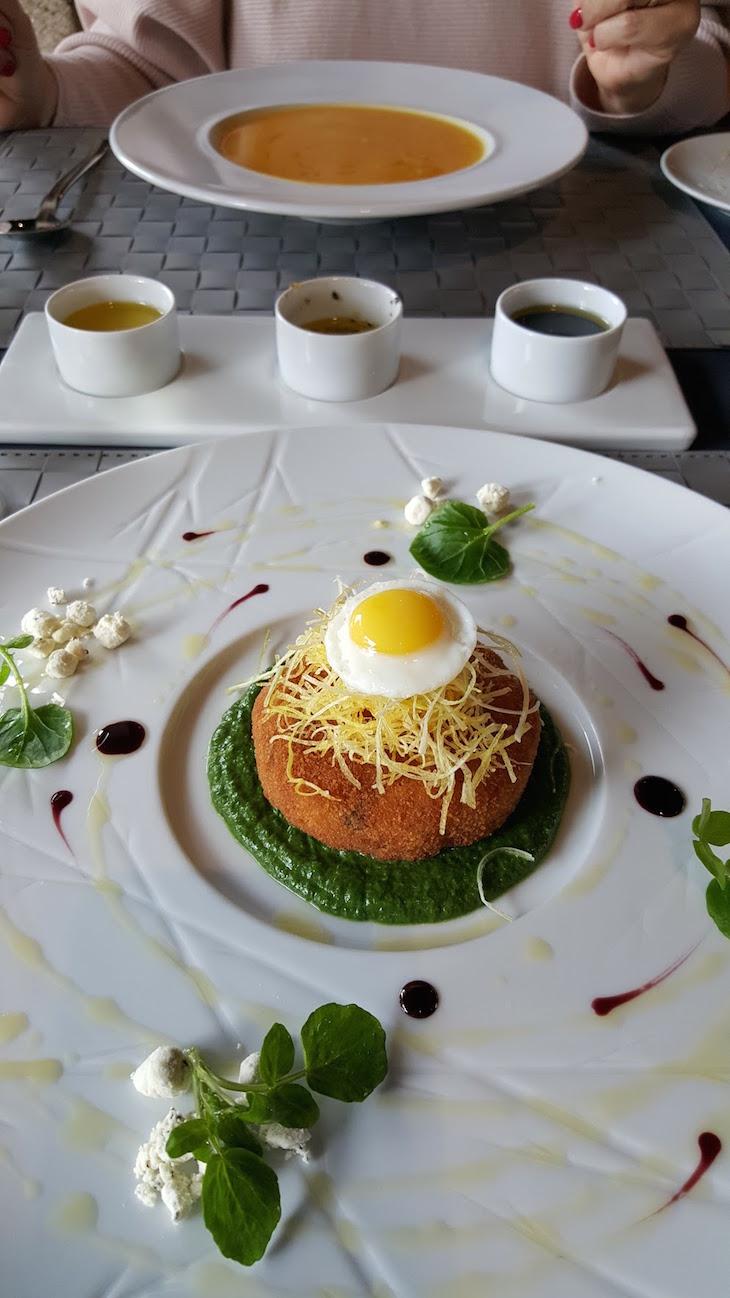 Alheira de caça panada com esparregado, ovo de codorniz estrelado e batata palha - Cais da Villa © Viaje Comigo
