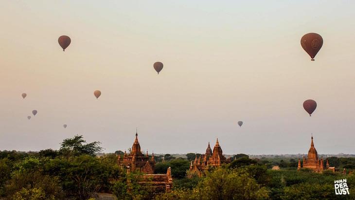 Nascer do sol em Bagan com balões de ar quente © The Wanderlust