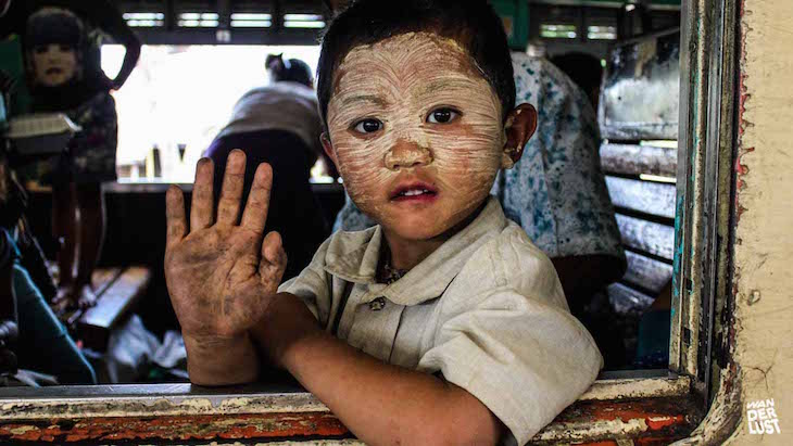 Criança birmanesa no comboio para Hsipaw © The Wanderlust
