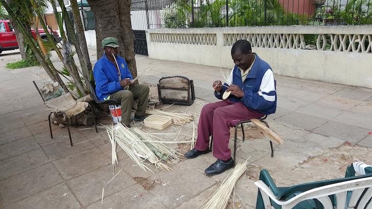 Cestaria na rua, Maputo © Viaje Comigo