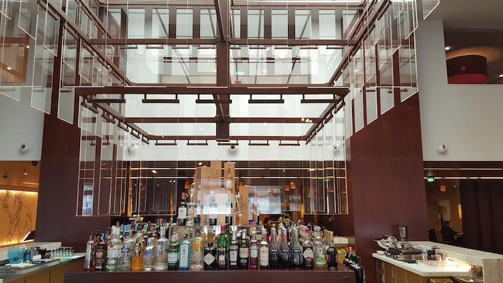 Bar na entrada do Holiday Inn Porto Gaia @ Viaje Comigo
