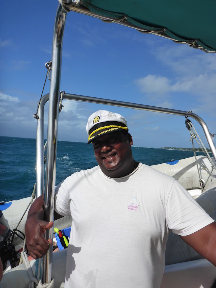 """O nosso """"comandante"""" no catamarã Pacha, num passeio até à paradisíaca Ilha Gabriel - Maurícias © Viaje Comigo"""
