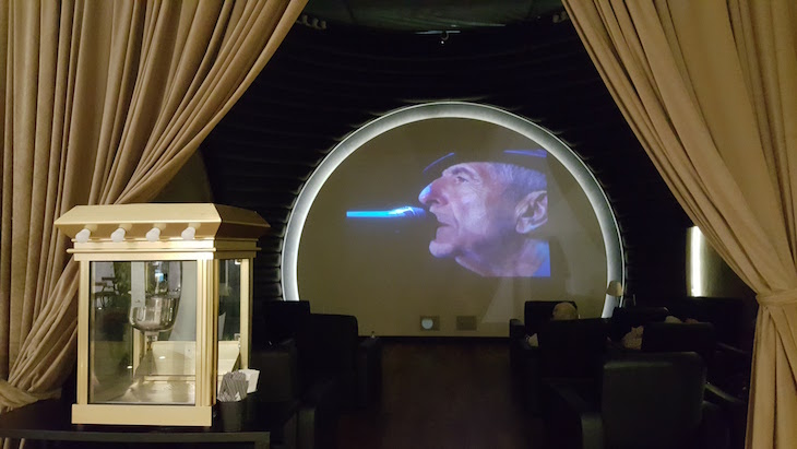 Sala de Cinema no Lounge Turkish Airlines, Istambul © Viaje Comigo