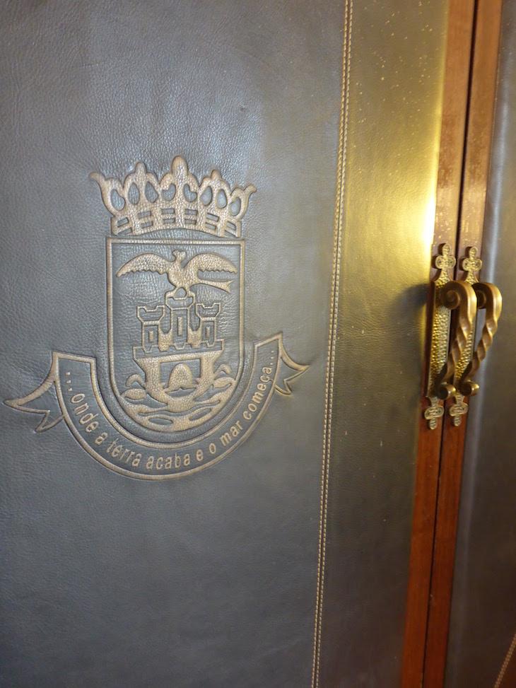 Porta do armário no quarto da Fortaleza do Guincho © Viaje Comigo