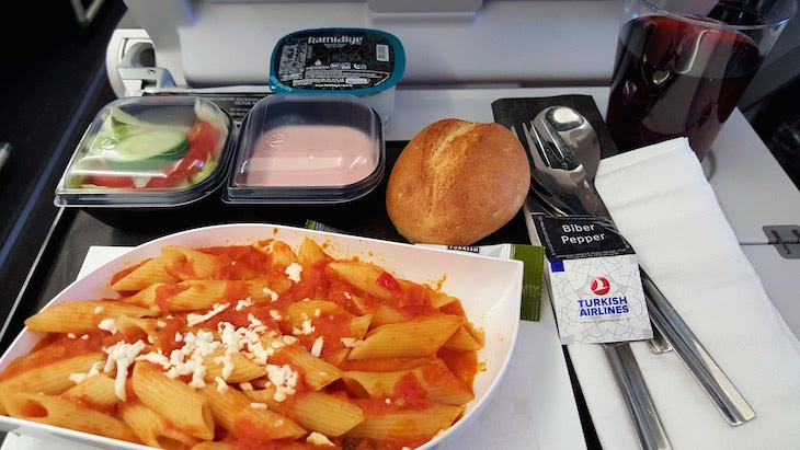 Pasta - no voo Turkish Airlines © Viaje Comigo