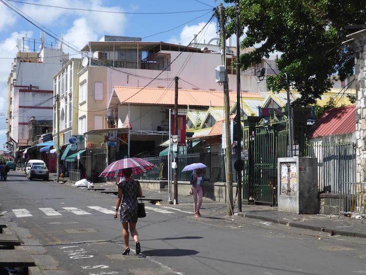 Muito quente e o guarda-chuva serve de proteção para o sol - Port Louis - Ilhas Maurícias © Viaje Comigo