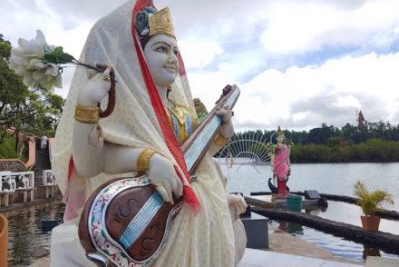 Deusa Saraswati - Templo Ganga Talao - Ilhas Mauricias © Viaje Comigo