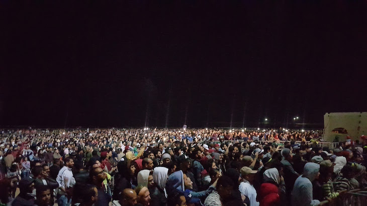 Público na praia Festival Gnaoua 2017 - Essaouira © Viaje Comigo