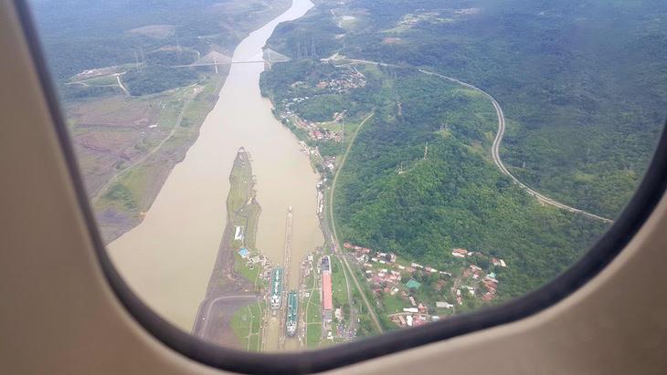 Vista do avião sobre o Canal do Panamá © Viaje Comigo