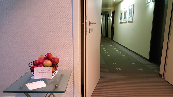 Maçãs de oferta para os hóspedes no Glockenhof Zürich Hotel - Zurique © Viaje Comigo