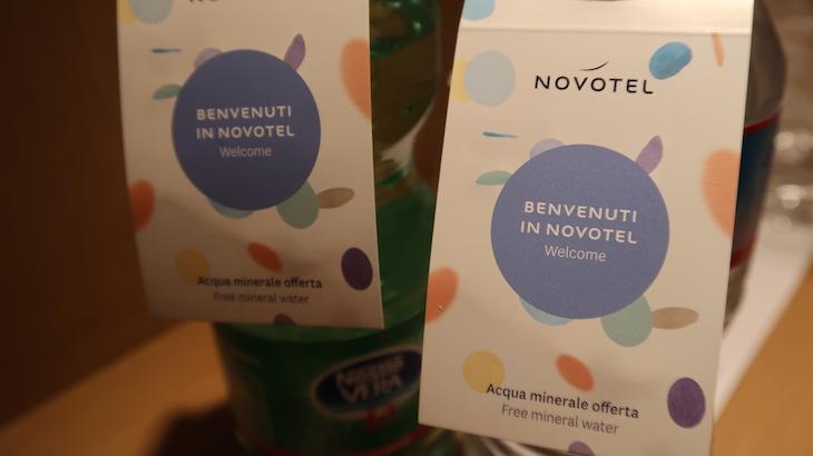 Águas de oferta - Novotel Genova City, Génova, Itália © Viaje Comigo