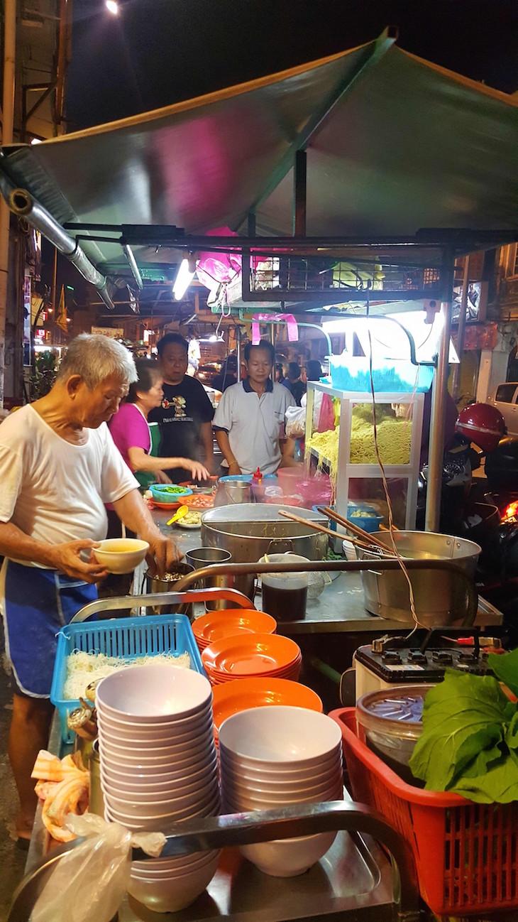 Bancas de rua em George Town - Penang - Malásia © Viaje Comigo
