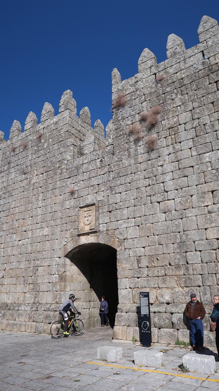 Entrada na muralha - Trancoso - Portugal © Viaje Comigo