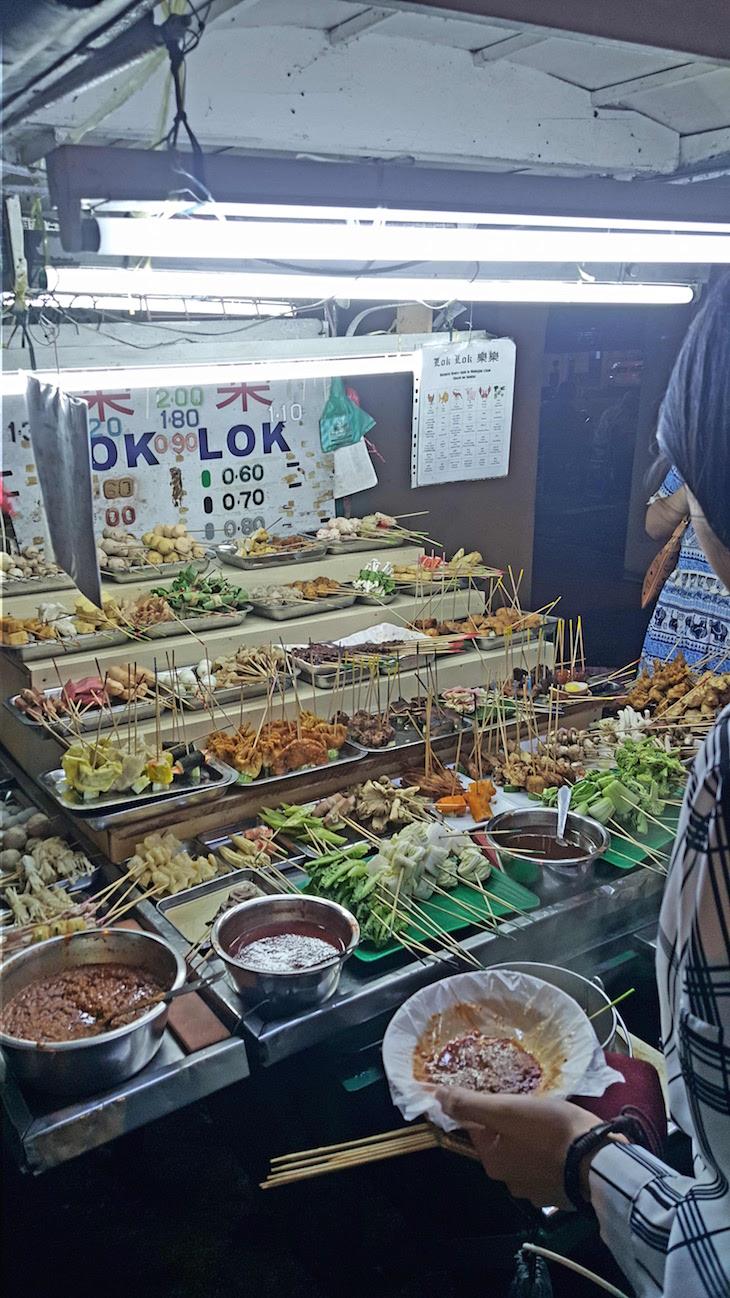 Espetos na comida de rua em George Town - Penang - Malásia © Viaje Comigo