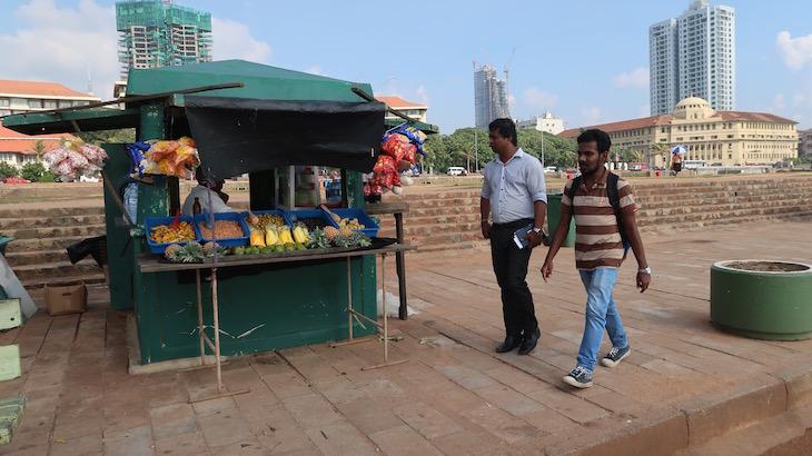 Bancas junto da praia em Colombo - Sri Lanka © Viaje Comigo