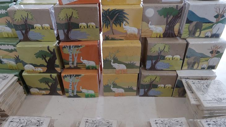 Feitos de papel a partir de fezes de elefante - Sri Lanka © Viaje Comigo