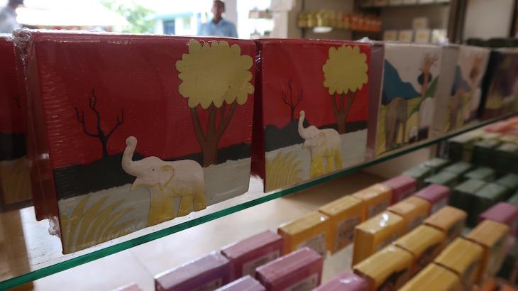 Produzido com papel a partir das fezes de elefante - Pinnawala - Sri Lanka © Viaje Comigo