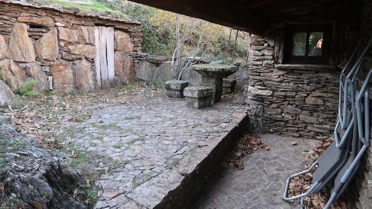 Traseiras da Casa do Carvalhinho - Branda da Aveleira - Melgaço - Portugal © Viaje Comigo