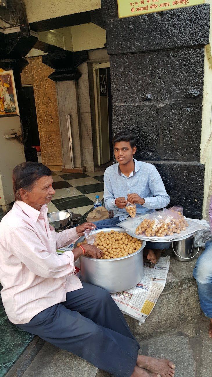 Oferta bolinhas da sorte - Shri Mahalakshm - Kolhapur - India © Viaje Comigo