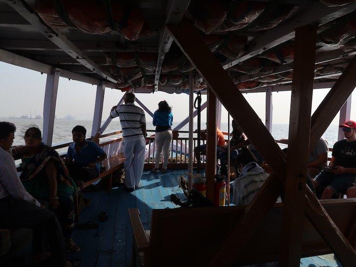 Dentro do barco para as Grutas de Elephanta - Bombaim - India © Viaje Comigo