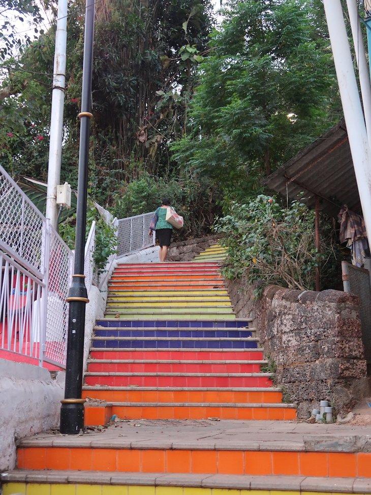 Escadas coloridas no Bairro das Fontainhas - Índia © Viaje Comigo