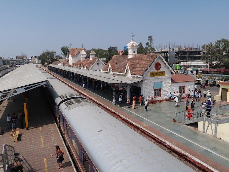 Na Estação de Kolhapur - comboio Deccan Odyssey - Índia © Viaje Comigo