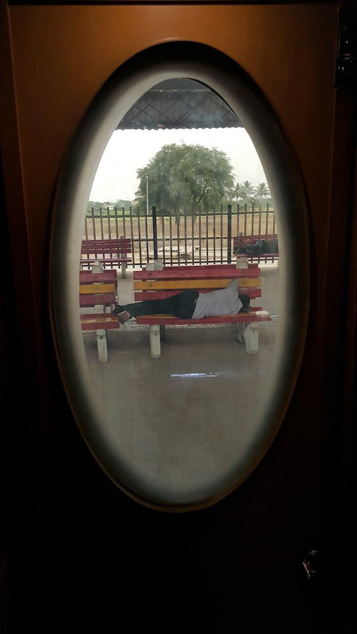 Homem a descansar na estaçao Nashik -Maharashtra- India © Viaje Comigo