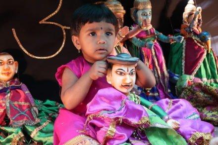 Menina com marioneta em Pinguli - Sindhudurg - India © Viaje Comigo