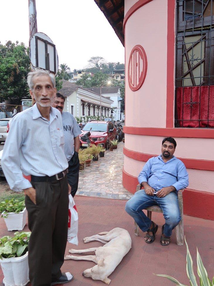 Sr. Couto sentado na cadeira à porta da sua casa - Goa - India © Viaje Comigo