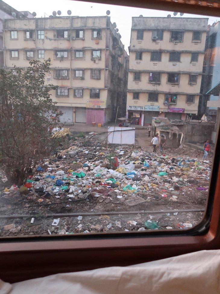 A chegar a Bombaim - vista do comboio Deccan Odyssey - Índia © Viaje Comigo