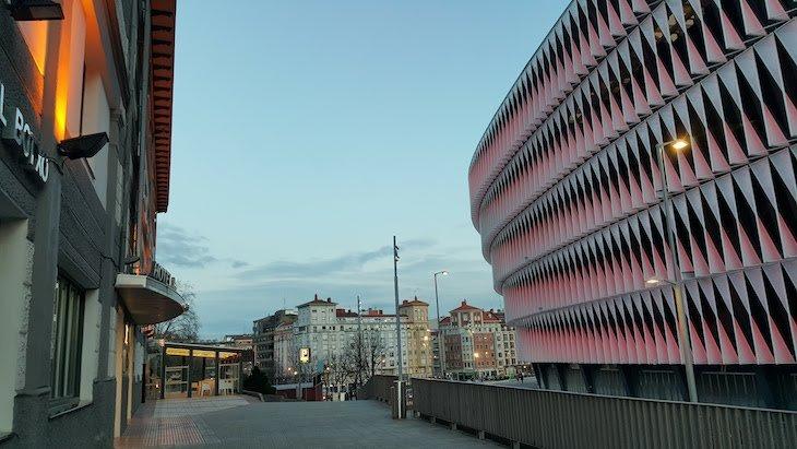 Hotel à esquerda e, à direita, o estádio do Atlético de Bilbao - Bilbau © Viaje Comigo