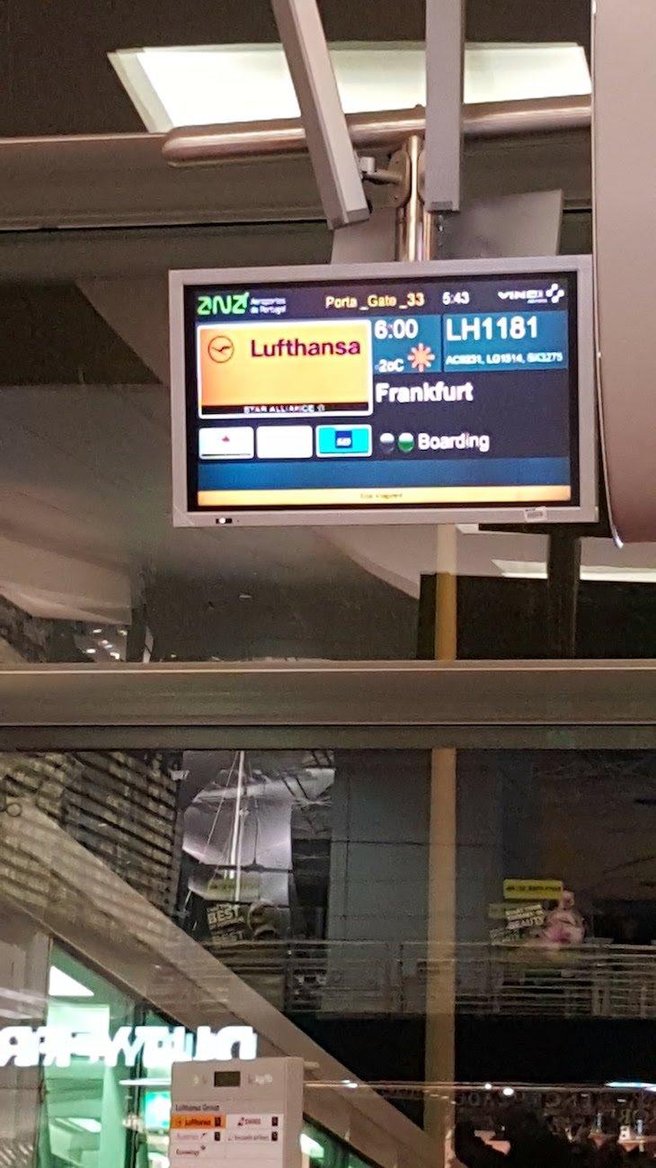 Painel de voo no aeroporto © Viaje Comigo