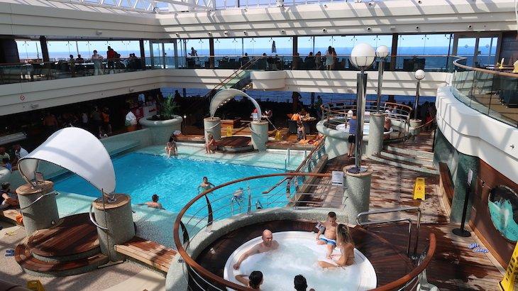 Jacuzzi e piscinas interior do MSC Magnifica © Viaje Comigo