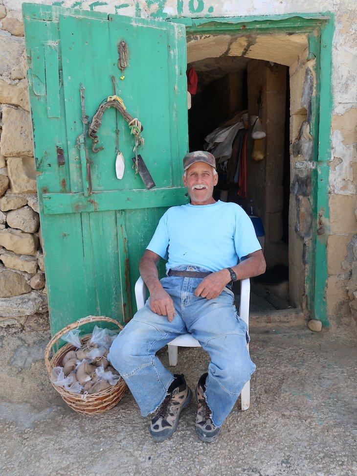 Alfred nas Salinas de Gozo - Malta © Viaje Comigo