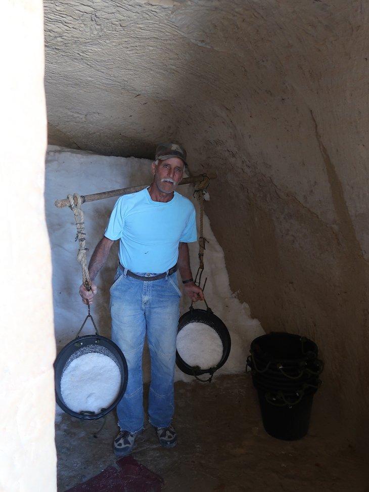 Alfred com os baldes de sal - Salinas de Gozo - Malta © Viaje Comigo