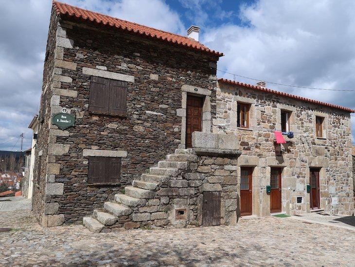 Casa no largo do Castelo de Sabugal - Portugal © Viaje Comigo