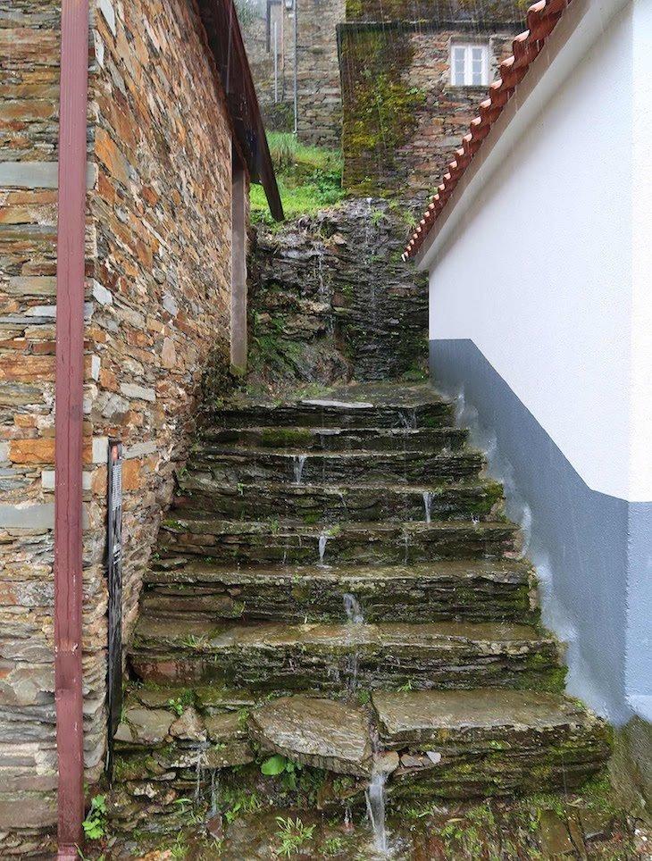 Escadaria com chuva, em Piódão - Portugal © Viaje Comigo