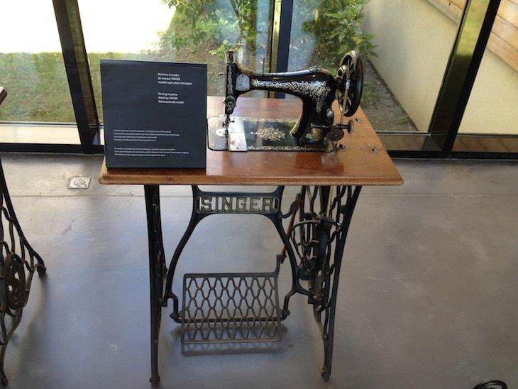Exposição na Causse Gantier de máquina de costura - Millau © Viaje Comigo