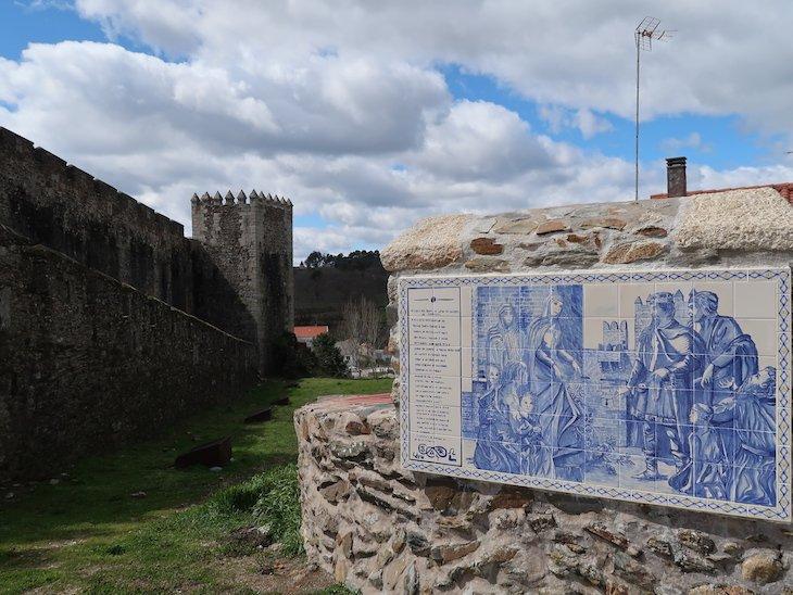Painel do Milagre das Rosas - Castelo de Sabugal - Portugal © Viaje Comigo