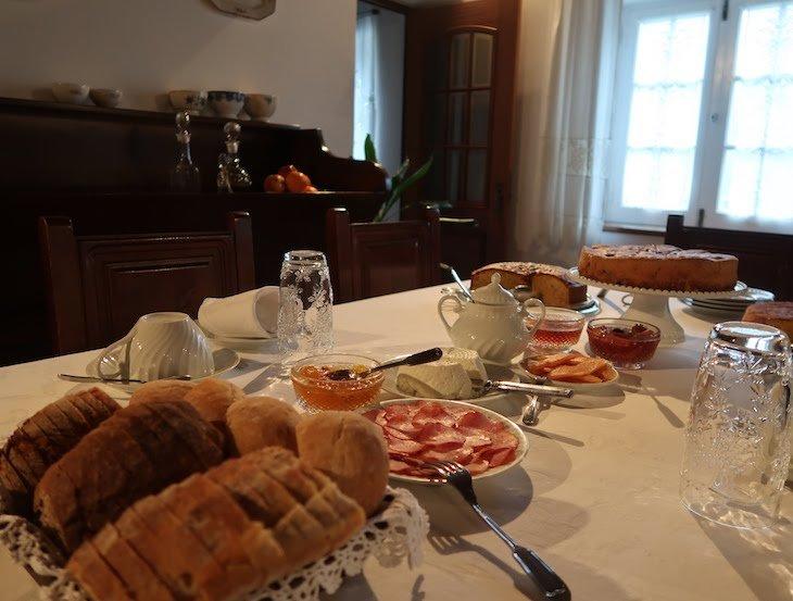 Mesa de pequeno-almoço na Casa da Padaria, Piódão - Aldeias Históricas de Portugal © Viaje Comigo