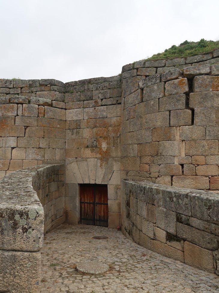 Portas escondidas na muralha de Almeida - Portugal © Viaje Comigo