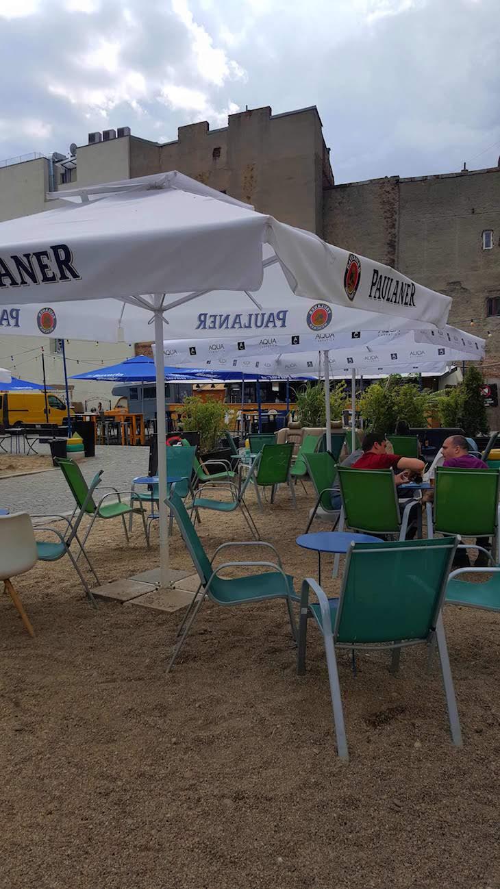 Esplanada no centro Bucareste... a fingir que está na praia - Roménia © Viaje Comigo