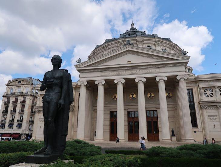 Estátua de Mihai Eminescu - Ateneu - Bucareste - Roménia © Viaje Comigo