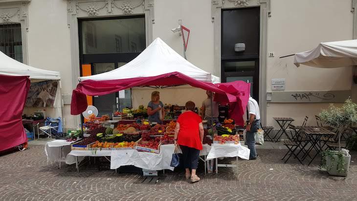 Mercadinho de rua em Vigevano - Itália © Viaje Comigo