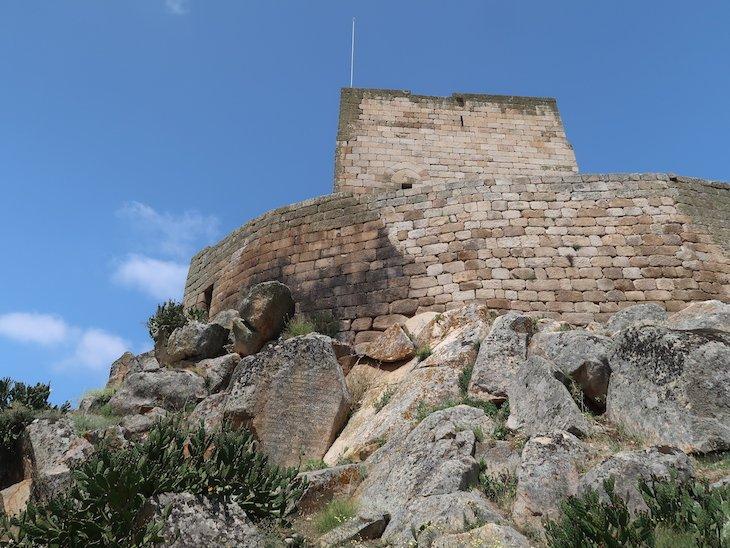 Frase de Saramago na rocha - Castelo de Marialva - Portugal © Viaje Comigo