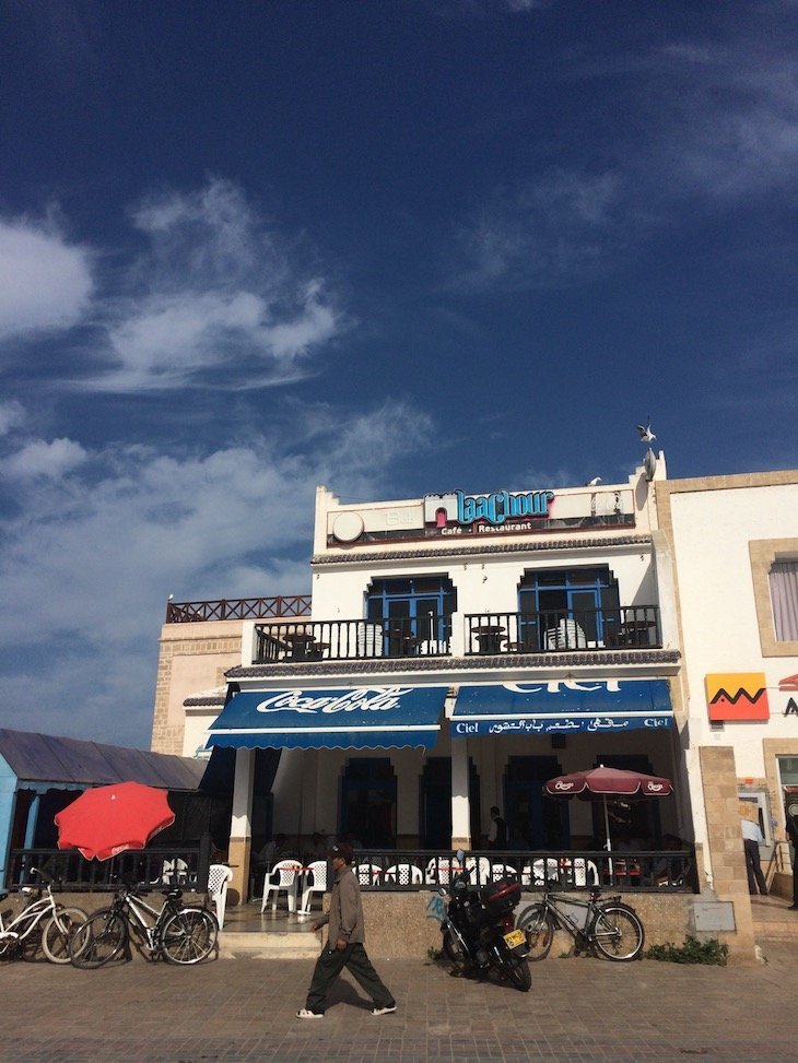 Toldo azul da Coca-Cola em Essaouira - Marrocos © Viaje Comigo