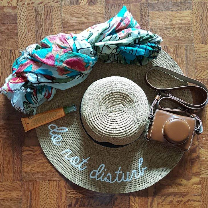 Lenço e chapéu na mala © Viaje Comigo