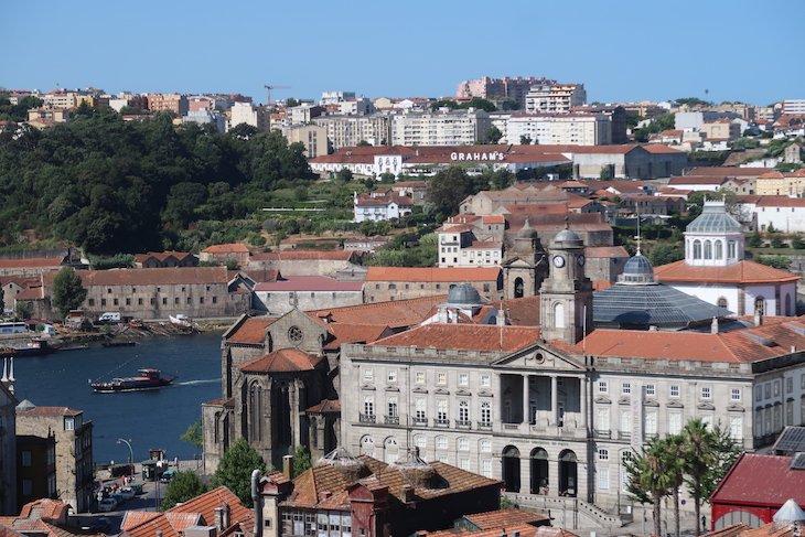 Vista para a Bolsa e barco rabelo no rio Douro - Porto - Portugal © Viaje Comigo