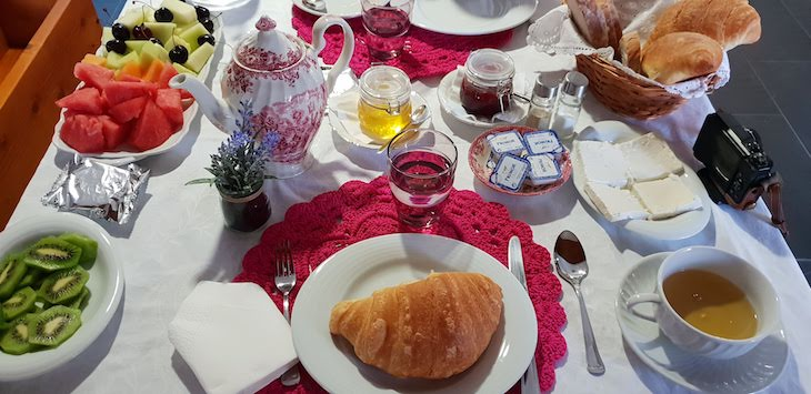 Pequeno-almoço na mesa - Monte do Vale Mosteiro, Rosmaninhal, Idanha-a-Nova, Castelo Branco © Viaje Comigo