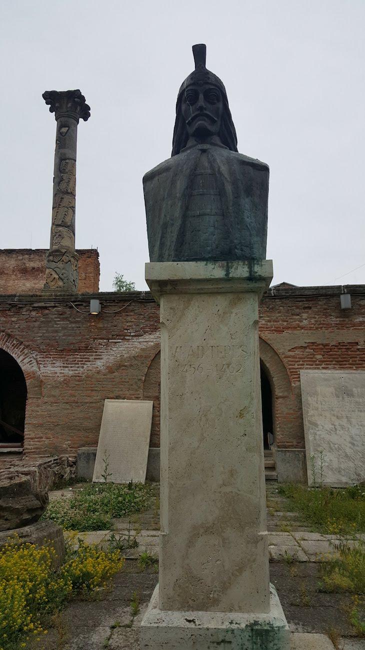 Estátua de Vlad Tepes no centro histórico de Bucareste - Roménia © Viaje Comigo